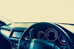 Η εσωτερική σύγχρονη κονσόλα αυτοκινήτων κινηματογραφήσεων σε πρώτο πλάνο με το πλήρες αλεξήνεμο παρουσιάζει SP στοκ εικόνες