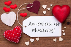 Η ετικέτα με τις κόκκινες καρδιές, Muttertag σημαίνει την ημέρα μητέρων Στοκ Εικόνες