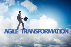 Η ευκίνητη έννοια μετασχηματισμού με το περπάτημα επιχειρηματιών στο σφιχτό σχοινί στοκ φωτογραφίες
