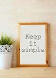 Η λευκιά επιτροπή σχεδιασμού με τη φράση το κρατά απλός που γράφεται σε το ενάντια στον κατασκευασμένο τοίχο στοκ εικόνα με δικαίωμα ελεύθερης χρήσης