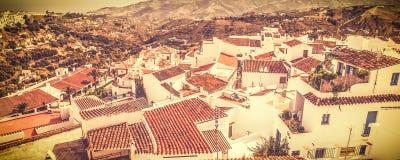 Η ευρεία άποψη οθόνης Frigiliana, blanco pueblo, Ισπανία στην εκλεκτής ποιότητας μεταλλίνη έπλυνε έξω το ύφος Στοκ Φωτογραφίες