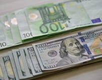 Η ευρο- ΕΥΡ και αμερικανικά δολάρια νομίσματος Δολ ΗΠΑ στοκ εικόνα με δικαίωμα ελεύθερης χρήσης