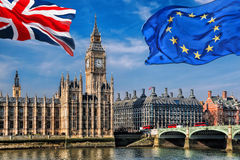Η Ευρωπαϊκή Ένωση και η βρετανική ένωση σημαιοστολίζουν το πέταγμα ενάντια σε Big Ben στο Λονδίνο, την Αγγλία, το UK, την παραμον Στοκ Εικόνες