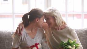 Η ευτυχής αυξημένη ενήλικη κόρη λαμβάνει το δώρο γενεθλίων από την ανώτερη μητέρα απόθεμα βίντεο