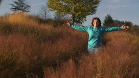 Η ευτυχής γυναίκα αισθάνεται την ελευθερία απόθεμα βίντεο