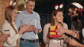 Η ευτυχής γυναίκα ανοίγει ένα δώρο στη γιορτή Χριστουγέννων και να χαρεί, ευχαριστώντας τους φίλους φιλμ μικρού μήκους