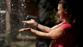 Η ευτυχής γυναίκα απολαμβάνει τις μειωμένες πτώσεις νερού Το νερό είναι η πηγή ζωής απόθεμα βίντεο