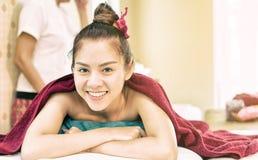 Η ευτυχής γυναίκα βρίσκεται στο κρεβάτι SPA περιμένοντας τη σειρά μαθημάτων SPA Στοκ εικόνες με δικαίωμα ελεύθερης χρήσης