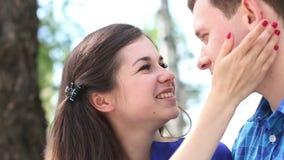 Η ευτυχής γυναίκα εξετάζει το νεαρό άνδρα και τον φιλά φιλμ μικρού μήκους