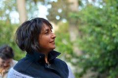 Η ευτυχής γυναίκα κοιτάζει με την ελπίδα στο μέλλον Στοκ Εικόνες