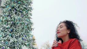 Η ευτυχής γυναίκα κρατά παραδίδει την ελπίδα απόθεμα βίντεο