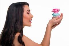 Η ευτυχής γυναίκα κρατά cupcake Στοκ Φωτογραφίες
