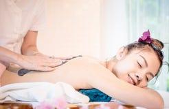 Η ευτυχής γυναίκα λαμβάνει το άλας SPA τρίβει την επεξεργασία φροντίδας δέρματος στη SPA Στοκ εικόνες με δικαίωμα ελεύθερης χρήσης