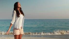 Η ευτυχής γυναίκα με τα όπλα στην παραλία φιλμ μικρού μήκους