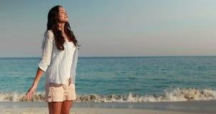 Η ευτυχής γυναίκα με τα όπλα στην παραλία απόθεμα βίντεο