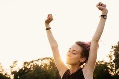 Η ευτυχής γυναίκα με το τέντωμα dreadlocks και εισπνέει το καθαρό αέρα Στοκ φωτογραφία με δικαίωμα ελεύθερης χρήσης