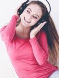 Η ευτυχής γυναίκα ομορφιάς ακούει μουσική Στοκ φωτογραφίες με δικαίωμα ελεύθερης χρήσης