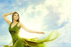 Η ευτυχής γυναίκα πέρα από τον ηλιόλουστο ουρανό ημέρας, διαμορφώνει την πρότυπη υπαίθρια ομορφιά στοκ φωτογραφίες
