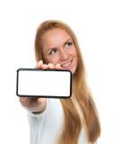 Η ευτυχής γυναίκα παρουσιάζει επίδειξη του κινητού τηλεφώνου κυττάρων με την κενή οθόνη Στοκ εικόνες με δικαίωμα ελεύθερης χρήσης