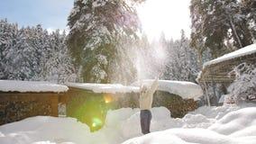 Η ευτυχής γυναίκα πλέκει μέσα το πουλόβερ και το καπέλο γουνών απολαμβάνει ένα ηλιόλουστο παγωμένο πρωί, ρίχνει το χιόνι και περι απόθεμα βίντεο