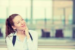Η ευτυχής γυναίκα που σκέφτεται να ονειρευτεί έχει πολλές ιδέες ανατρέχοντας Στοκ φωτογραφία με δικαίωμα ελεύθερης χρήσης