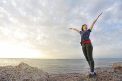 Η ευτυχής γυναίκα στην παραλία της Κύπρου στοκ εικόνα