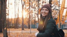 Η ευτυχής γυναίκα στην πτώση πάρκων φθινοπώρου φεύγει επάνω Χρυσό φθινόπωρο απόθεμα βίντεο