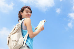Η ευτυχής γυναίκα ταξιδιού φαίνεται χάρτης Στοκ φωτογραφία με δικαίωμα ελεύθερης χρήσης