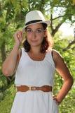Η ευτυχής γυναίκα φορά τα άσπρα ενδύματα Στοκ εικόνα με δικαίωμα ελεύθερης χρήσης