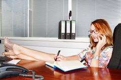 Η ευτυχής γυναίκα χαλαρώνει στην εργασία στοκ φωτογραφία με δικαίωμα ελεύθερης χρήσης