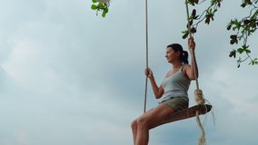 Η ευτυχής γυναίκα χαλαρώνει στην ταλάντευση φιλμ μικρού μήκους