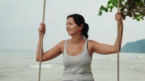 Η ευτυχής γυναίκα χαλαρώνει στην ταλάντευση απόθεμα βίντεο