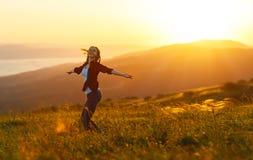 Η ευτυχής γυναίκα χορεύει, χαίρεται, γελά στο ηλιοβασίλεμα στη φύση στοκ εικόνες