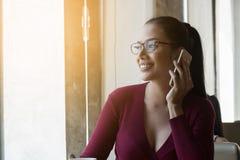 Η ευτυχής γυναίκα χρησιμοποιεί το smartphone Στοκ εικόνες με δικαίωμα ελεύθερης χρήσης