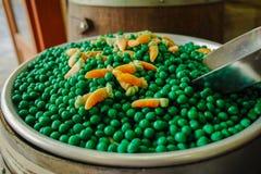 Η ευτυχής γόμμα καραμελών και φυσαλίδων ψωνίζει, γλυκά πράσινο μπιζέλι cancy και carro Στοκ Φωτογραφίες