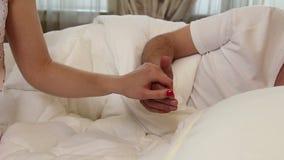Η ευτυχής εκμετάλλευση ζευγών παραδίδει το κρεβάτι, αμοιβαία εμπιστοσύνη, πίστη φιλμ μικρού μήκους