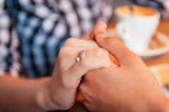 Η ευτυχής εκμετάλλευση ζευγών αγάπης παραδίδει το πρωί Στοκ φωτογραφίες με δικαίωμα ελεύθερης χρήσης