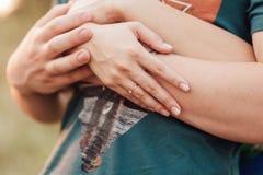 Η ευτυχής εκμετάλλευση ζευγών αγάπης παραδίδει το πρωί Στοκ Εικόνες
