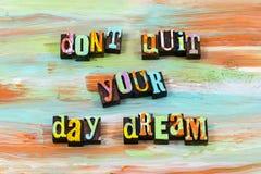 Η ευτυχής ελπίδα ονειροπόλων ονειροπόλησης ονείρου ημέρας θεωρεί letterpress το απόσπασμα στοκ φωτογραφίες