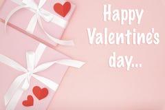 Η ευτυχής ευχετήρια κάρτα ημέρας βαλεντίνων διακόσμησε την κόκκινη καρδιά και το ροζ που το παρόν επίπεδο κιβωτίων βάζει στο υπόβ στοκ εικόνες