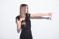 Η ευτυχής ελκυστική νέα γυναίκα στο μαύρο αστέρι εκμετάλλευσης φορεμάτων διαμόρφωσε το μπαλόνι και τη σαμπάνια κατανάλωσης και έδ Στοκ φωτογραφία με δικαίωμα ελεύθερης χρήσης