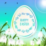 Η ευτυχής κάρτα Πάσχας με τα αυγά, κουνέλι, άνοιξη ανθίζει, πράσινοι χλόη και μπλε ουρανός επίσης corel σύρετε το διάνυσμα απεικό Στοκ Φωτογραφίες