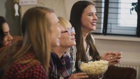 Η ευτυχής καυκάσια TV ρολογιών κοριτσιών παρουσιάζει κίνηση αργή συγκίνηση Όμορφες κυρίες που προσέχουν το αθλητικό παιχνίδι με p απόθεμα βίντεο