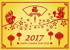 Η ευτυχής κινεζική νέα κάρτα έτους 2017 είναι φανάρια και κοτόπουλο στο λουλούδι δέντρων και η κινεζική λέξη σημαίνει την ευτυχία απεικόνιση αποθεμάτων