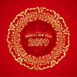 Η ευτυχής κινεζική νέα κάρτα έτους με τη χρυσή σύσταση λουλουδιών και φύλλων περιβάλλει το πλαίσιο στο κόκκινο διανυσματικό σχέδι Στοκ Φωτογραφία