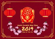 Η ευτυχής κινεζική νέα κάρτα έτους 2019 με το κόκκινα χρυσά zodiac χοίρων σημάδι και το φανάρι και το ροδάκινο ανθίζουν στο κινεζ Στοκ εικόνες με δικαίωμα ελεύθερης χρήσης