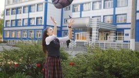Η ευτυχής μαθήτρια απολαμβάνει μετά από τη σχολικές διασκέδαση και τη ρίψη στο σακίδιο πλάτης ουρανού απόθεμα βίντεο