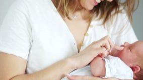 Η ευτυχής μητέρα κρατά το νεογέννητο μωρό ύπνου της στα όπλα της surrogacy IVF Μωρό σωλήνων δοκιμής απόθεμα βίντεο