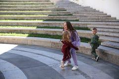 Η ευτυχής μητέρα με τα παιδιά στη μοντέρνη οικογένεια ενδυμάτων κοιτάζει σε ένα πάρκο στοκ φωτογραφία με δικαίωμα ελεύθερης χρήσης