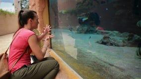 Η ευτυχής μητέρα με την κόρη της κοιτάζει στο ενυδρείο με τα ψάρια Έχουν πολλή διασκέδαση αυτή η ημέρα μητέρων ` s απόθεμα βίντεο